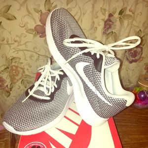 Nike Tanjun SE size 7